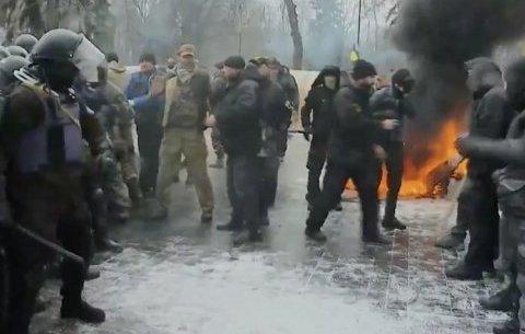 Сутички мітингувальників у Києві: горять шини і прапор Росії