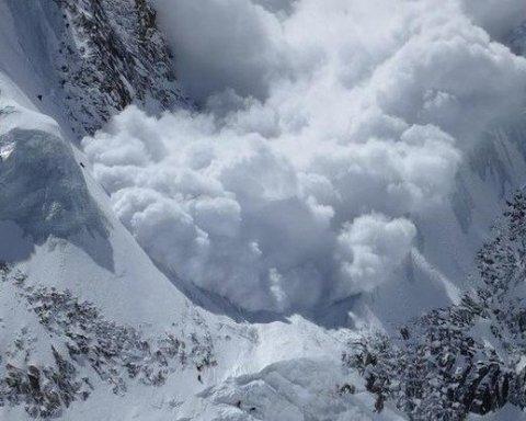 »Дух захватывает»: украинцам показали на видео сноубордиста, который едва спасся от лавины
