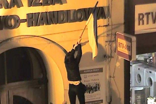 »Получили по заслугам»: поляков, вытерших ноги об украинский флаг, задержали