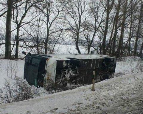 """Потужний вітер """"здув"""" автобус з дороги під Харковом (фото)"""