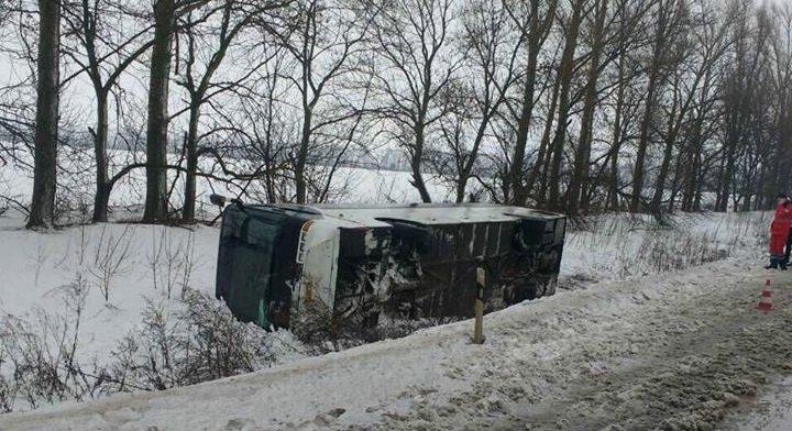 ВХарьковской области из-за непогоды перевернулся автобус, есть жертвы