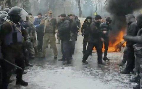 """Сльозогінний газ і бруківку """"пустили у хід"""" мітингувальники: є постраждалі і затримані"""