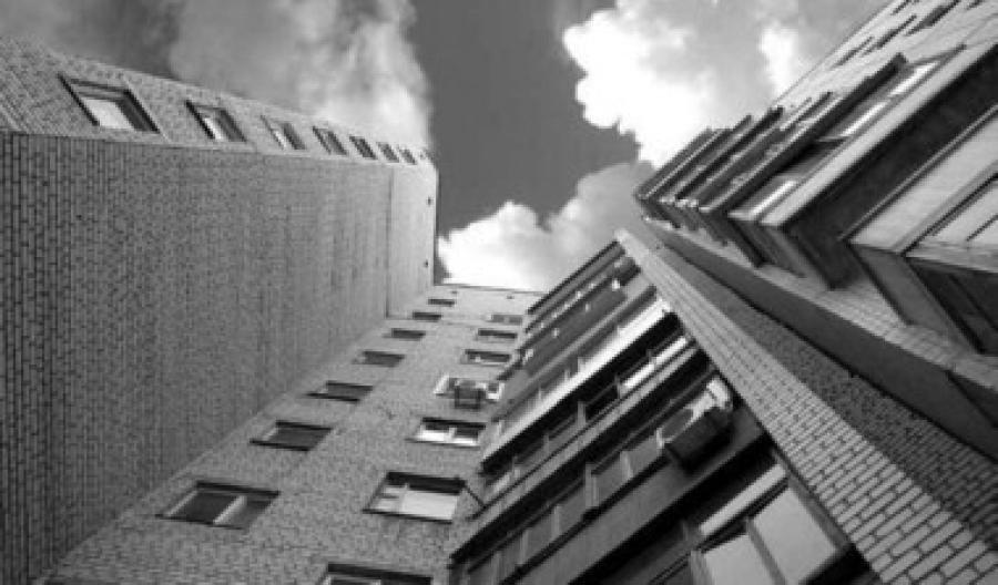 У Києві чоловік викинувся із 10 поверху на очах у копів