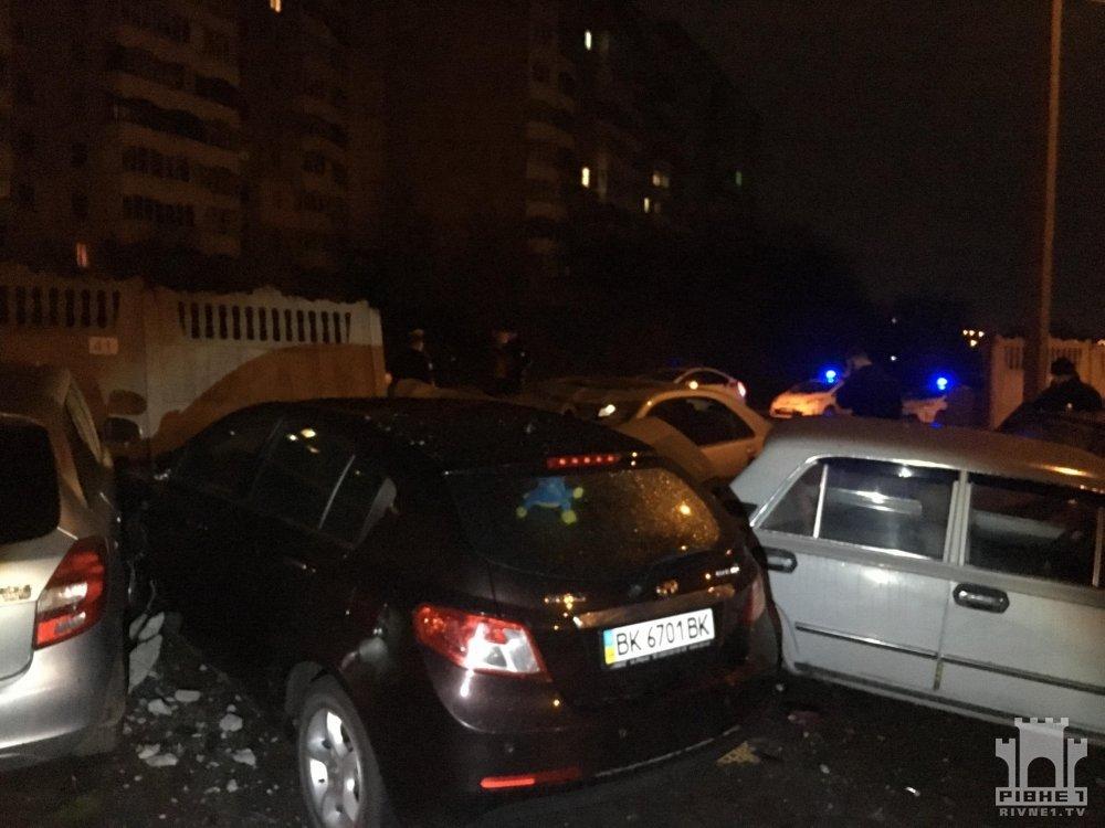 У Рівному водій Mercedes пошкодив понад 20 авто