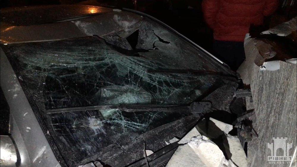 У Рівному нетверезий водій Mercedes протаранив паркан і пошкодив 25 автомобілів
