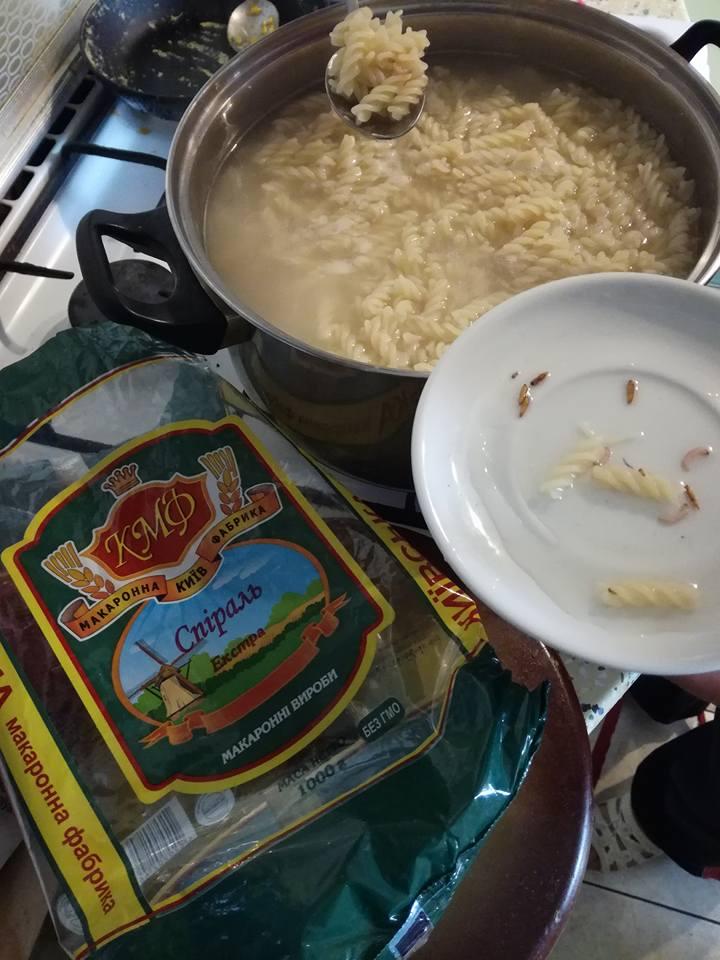 Украинцев ошеломили черви в макаронах известной марки