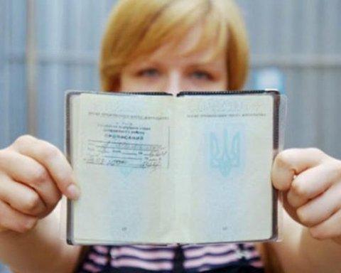 Стало відомо, коли прописка зникне із паспортів українців