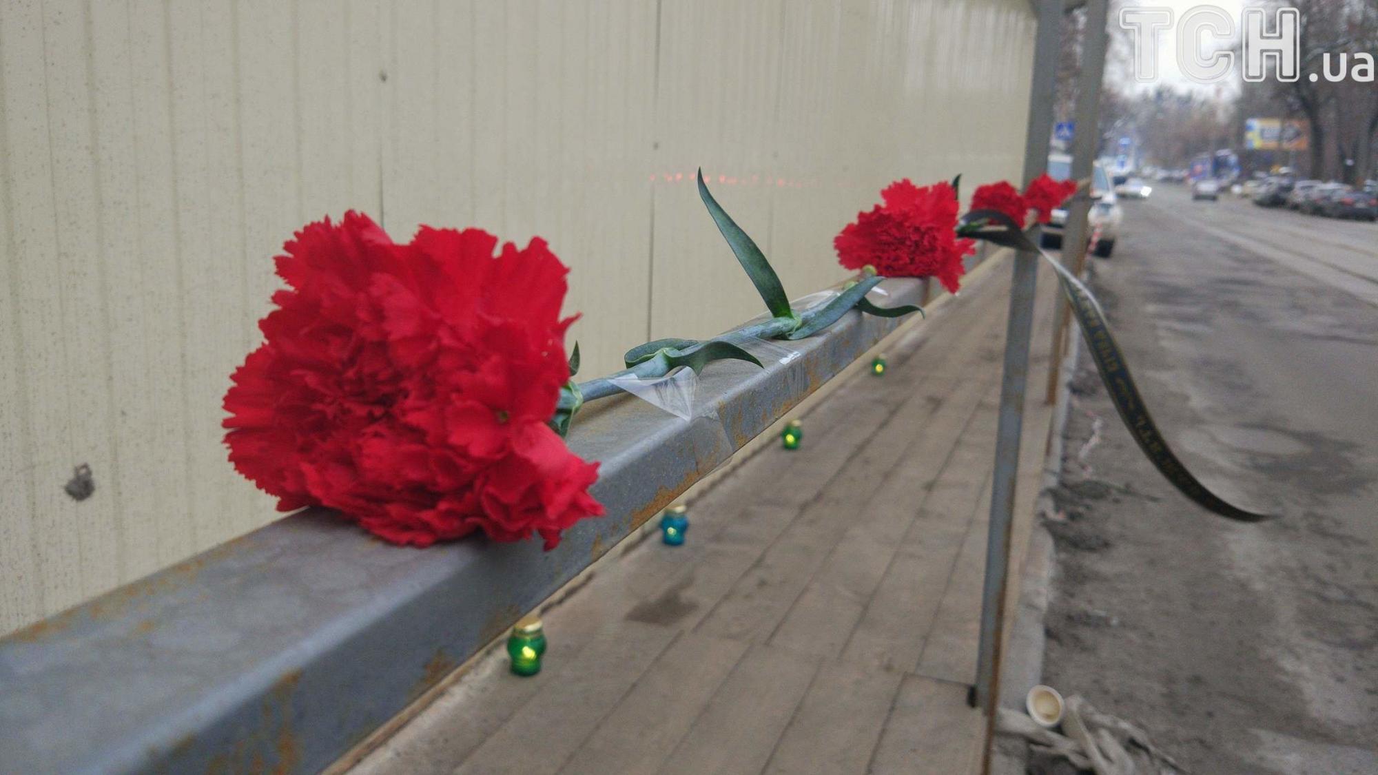 Киевляне несут свечи и цветы к месту гибели школьника