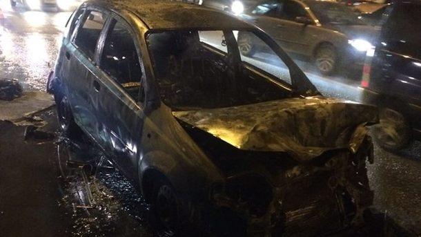 Адское зрелище: автомобиль в Киеве сгорел дотла