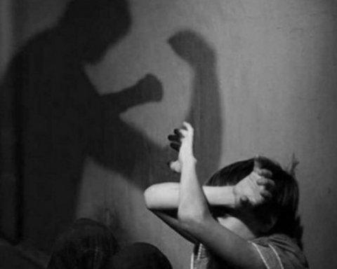 Муж бьет жену: полиции позволили выселять из дома насильников