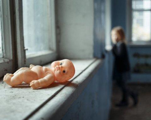Українці приголомшені: жінка продала двох своїх дітей