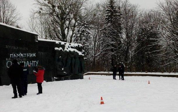 Невідомі розбили плити на Монументі слави у Львові