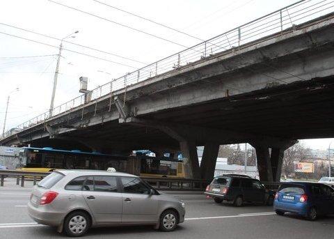 Не влез: грузовик застрял под мостом в Киеве