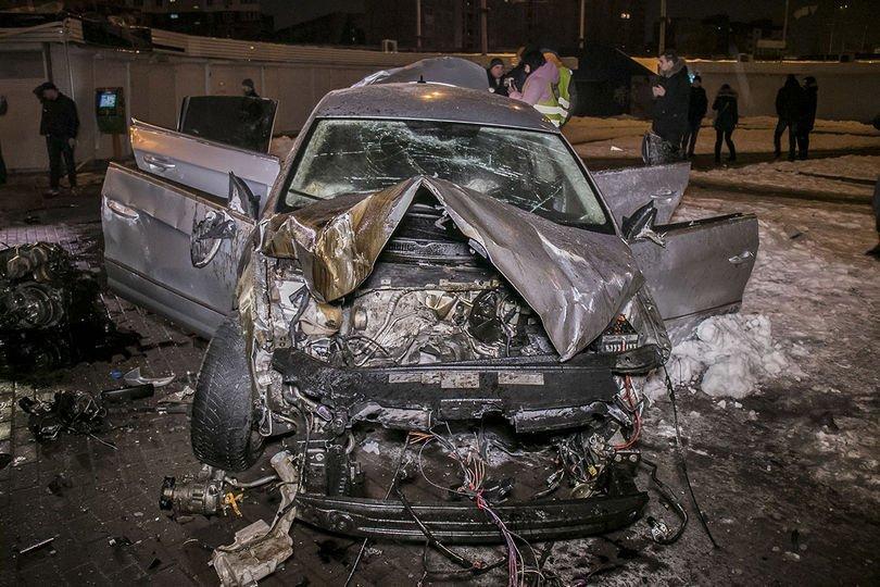 Жуткое ДТП в Киеве: Volkswagen снес отбойник и влетел в подземный переход