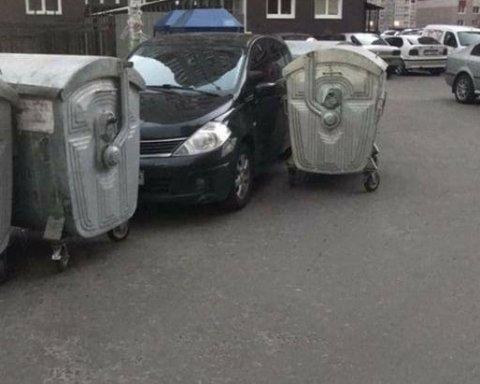 """Кияни заблокували """"героя парковки"""" сміттєвими баками"""