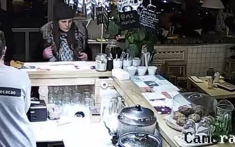 Похитили MacBook за считанные секунды: две женщины-воровки «прославились» на весь Киев