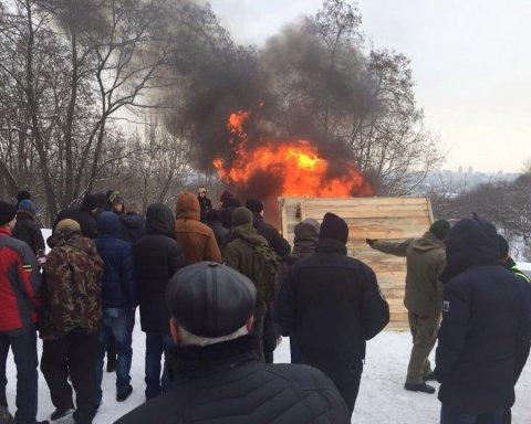 Возмущенные киевляне сожгли забор незаконного строительства