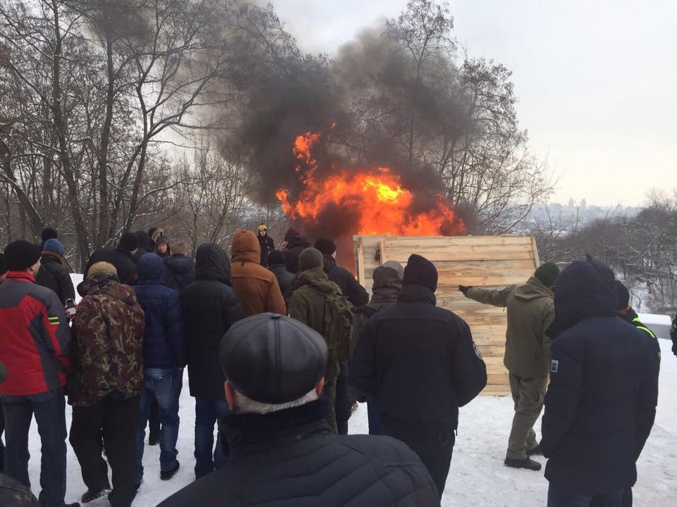 Обурені кияни спалили паркан незаконного будівництва