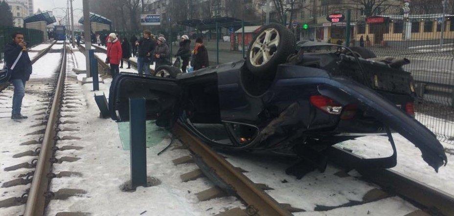 Mercedes на єврономерах вилетів на трамвайні колії у Києві та перекинувся