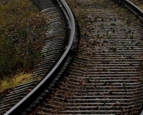 Поезд насмерть сбил женщину под Киевом: детали ЧП