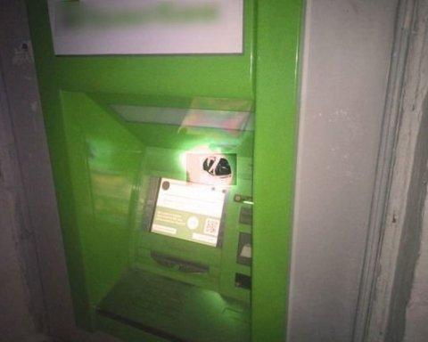 Заклеили камеры и устроили взрыв: из банкомата в Харькове исчезли наличные