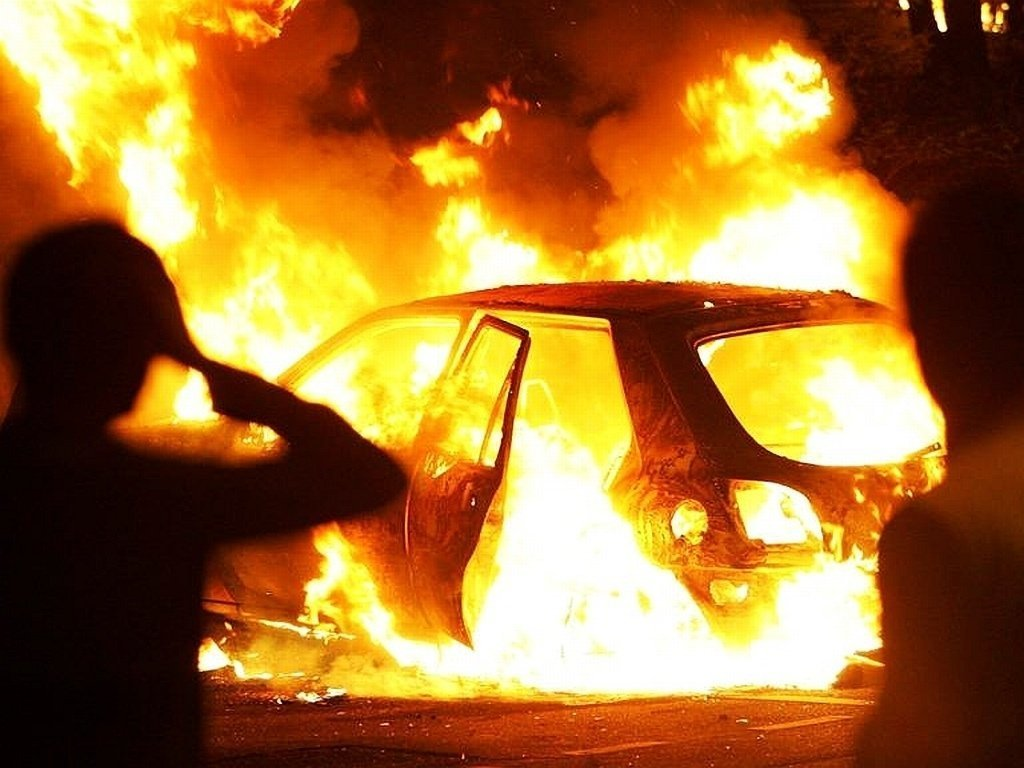 Біля мосту Патона в Києві горіло авто: опубліковано моторошне відео