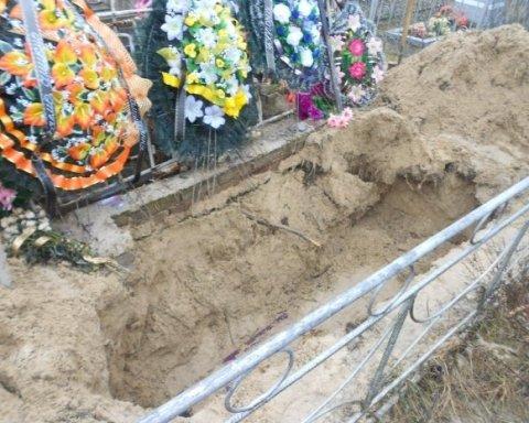 Чоловік розкопав могилу матері через сон зі склянкою