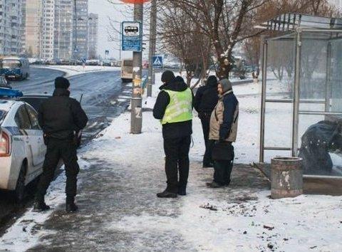 Киевлянин умер прямо на остановке общественного транспорта