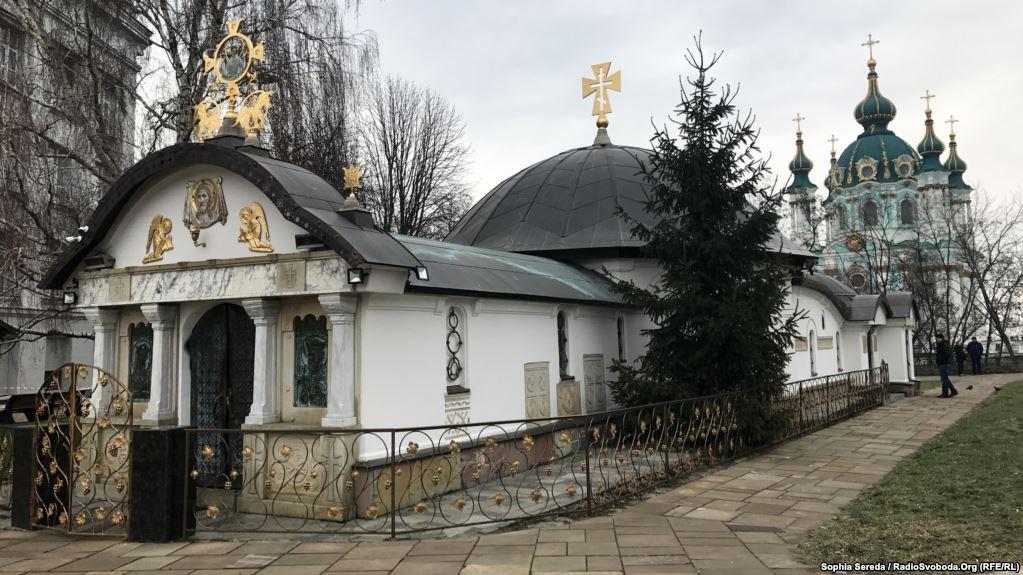 Елітний Porsche і дві квартири в Києві: журналісти показали майно настоятеля каплиці біля Десятинної церкви