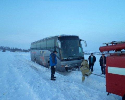 Под Киевом в сугробе застрял автобус с иностранцами