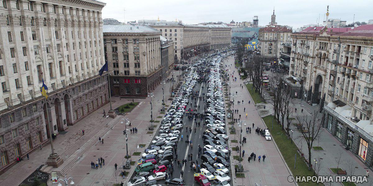 Несколько сотен авто наеврономерах собрались наКрещатике