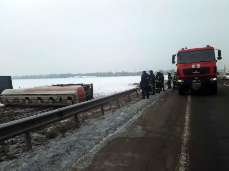 ВКиевской области перевернулся грузовой автомобиль: 30 тонн спирта вылилось наполе