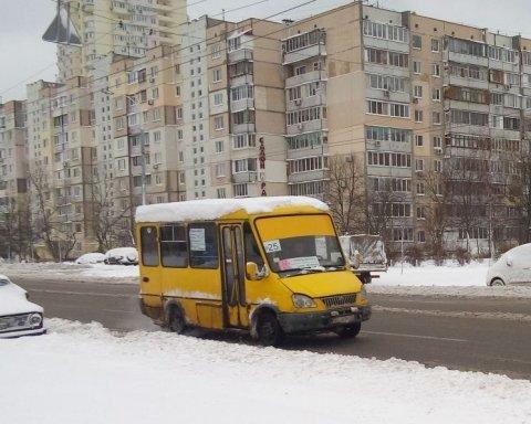 Ребенок выпал из маршрутки прямо под колеса: в Киеве ищут неадекватного водителя