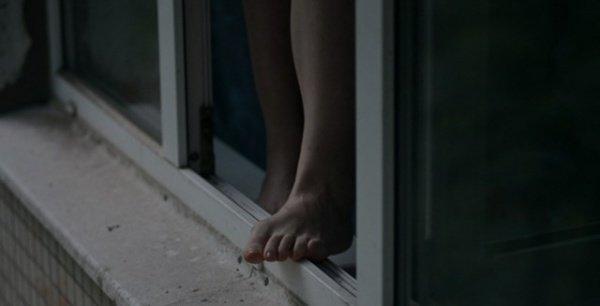 »Находилась в сложной жизненной ситуации»: пенсионерка выпрыгнула из окна многоэтажки в Киеве