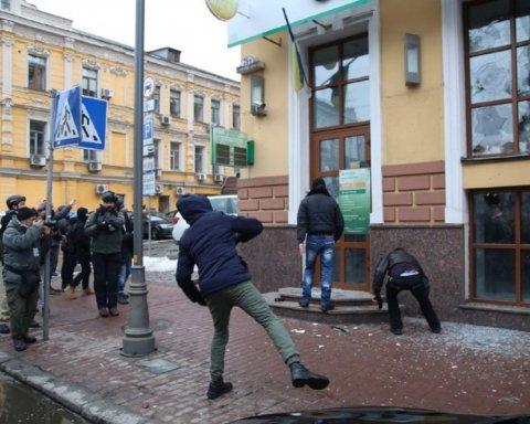 Националисты побили камнями окна Сбербанка в Киеве
