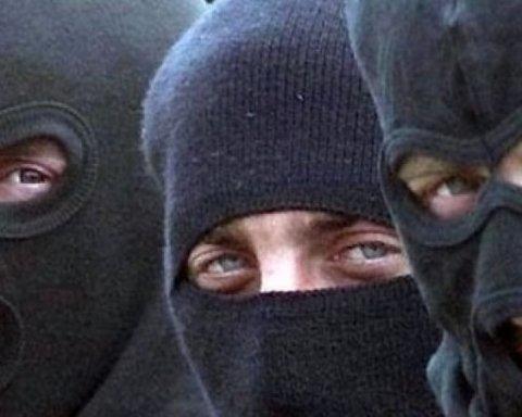 Вооруженная банда захватила заложников на предприятии, есть подробности