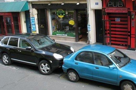 Секретний прийом для водіїв: як виїхати з парковки, якщо затисли з обох боків
