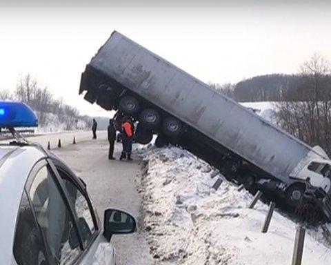 Чудом никто не пострадал: грузовик навис над проезжей частью