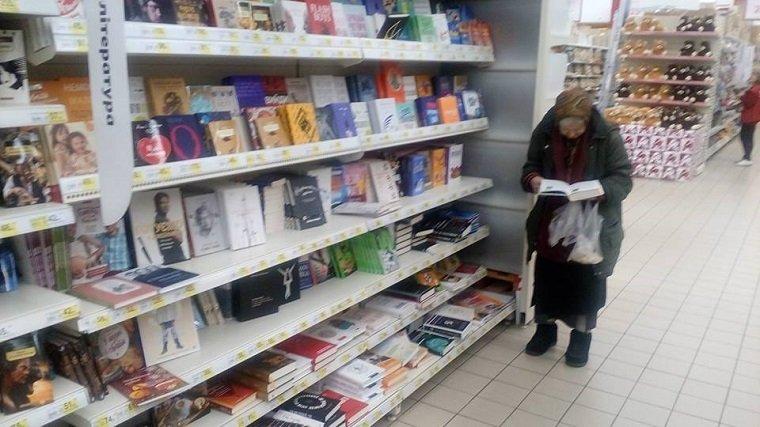 У столичному супермаркеті поставили диван для жінки, яка кілька років читає тут книги