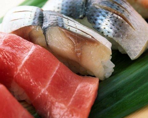 Містить небезпечний вірус: медики назвали головну небезпеку любителям суші