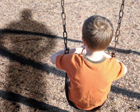 """""""Натягнув на голову шапку і закрив рота"""": рецидивіст викрав із майданчика 9-річного хлопчика"""