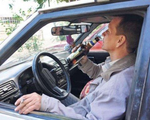 В Україні подорожчають бензин, цигарки і алкоголь: названо нову вартість