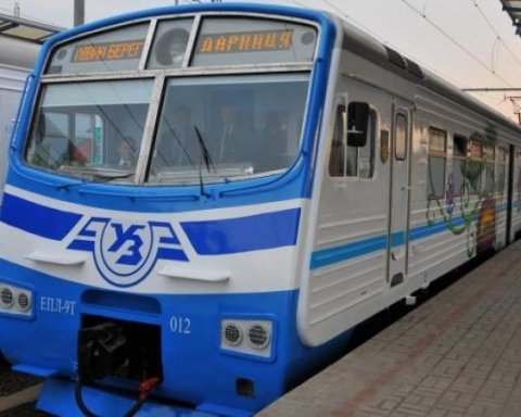 У Києві електричка на смерть збила дівчину в навушниках