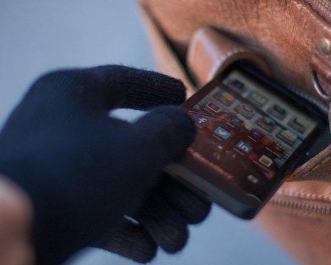 Отобрали силой: злоумышленник забрал телефон у школьницы