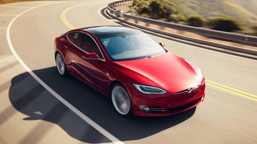 У Києві Tesla на швидкості протаранила маршрутку