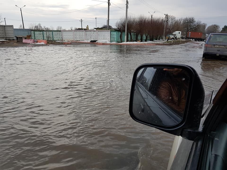 Как водители «переплывали» дорогу под Киевом