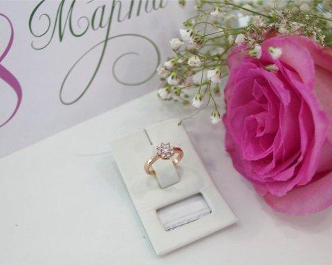 »И кольцо с бриллиантом, и ювелирный гарнитур»: чиновницы будут отчитываться о подарках к 8 марта