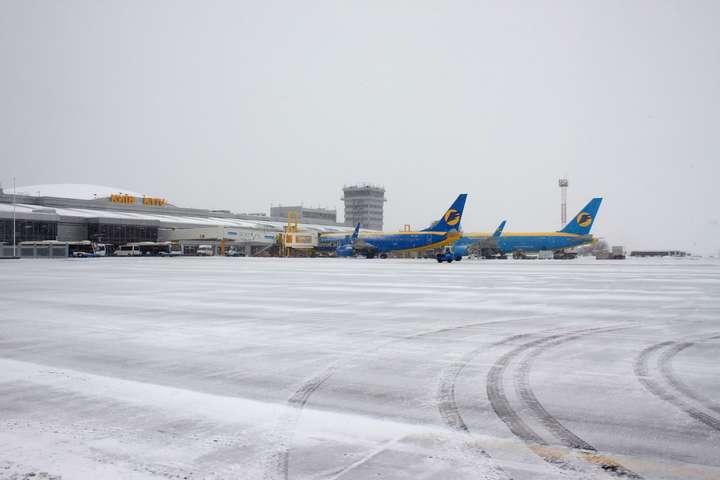 Наслідки негоди: аеропорти Києва почали затримувати та скасовувати рейси
