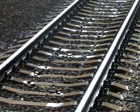 Шла в наушниках: поезд на скорости «снес» девочку
