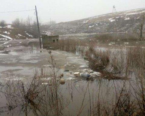 Отруйна вода з озера під Києвом тече у Дніпро
